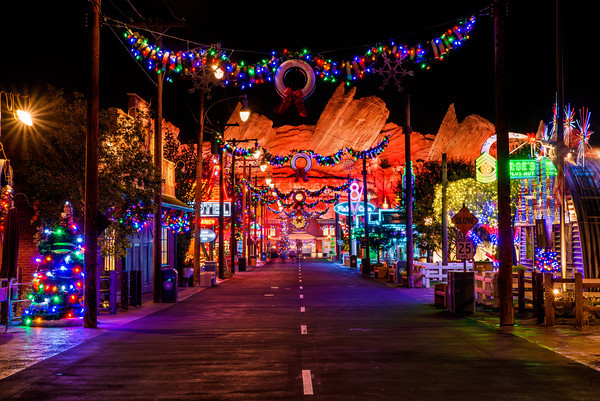cars-land-christmas-street-m